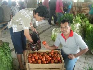 pembeli memborong tomat di pasar Kutabawa