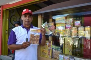 Adi Purwanto dengan produk barunya, Jipinggung (Jipang Emping Jagung)